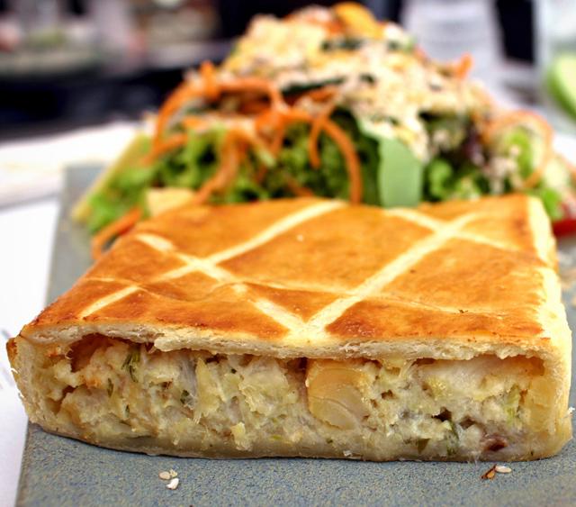 Torta de bacalhau com palmito pupunha e excelente salada: R$ 27,50