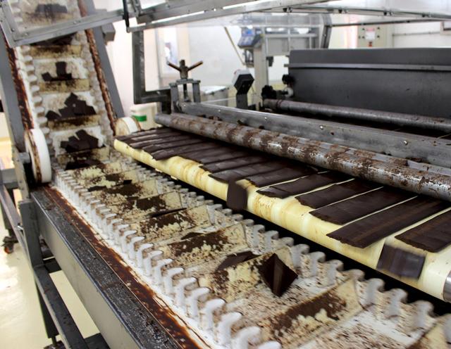 Torta de cacau já seca, pronta para embalamento e envio para as fábricas de chocolate, que a misturarão com açúcar, manteiga de cacau e açúcar