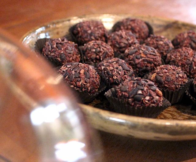 Brigadeiros de chocolate AMMA 100% cacau cobertos por nibs de cacau: ISSO é que é brigadeiro (R$ 3)!