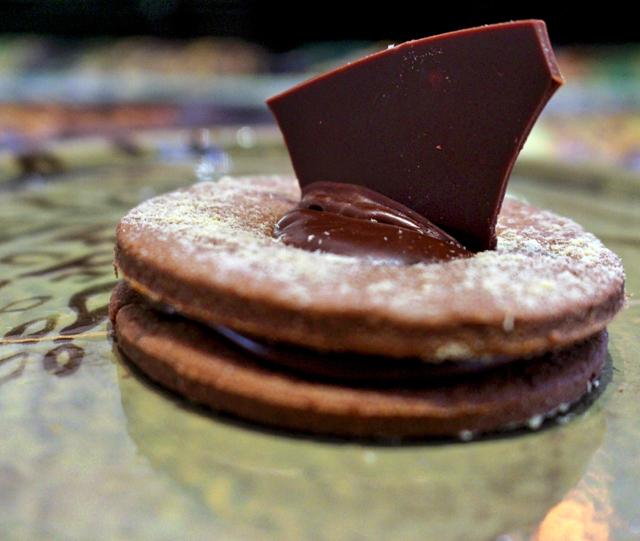 Bolachas de jatobá recheadas com chocolate (R$ 8)