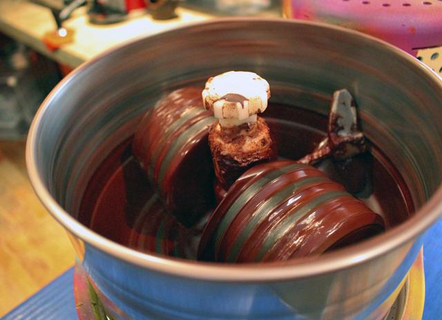 Máquina portátil de fabricação de chocolate: joga-se os nibs (amêndoas de cacau fermentadas e torradas, em pedaços) e mistura-se a açúcar de coco. Com o calor, são derretidos e transformados em creme