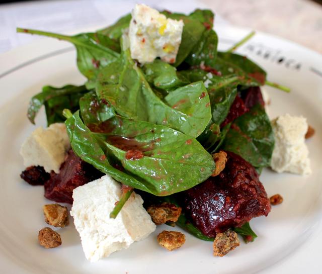 Atualmente, minha salada favorita: beterraba assada, ricota defumada, cranberry, espinafre e pistache (R$ 32, meia; R$ 48, inteira)