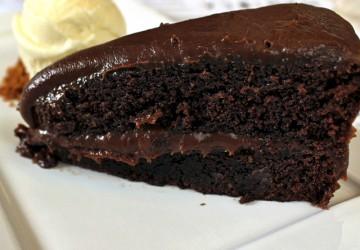 Bolo de chocolate super leve entremeado por brigadeiro cremoso e acompanhado por uma bola de sorvete de leite ninho (R$ 23)