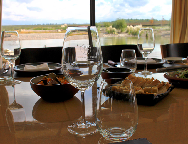Mesa de almoço e vista de parte da belíssima propriedade da Huentala Wines