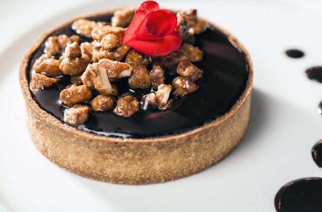 torta de chocolate belga com calda de chocolate e conhaque