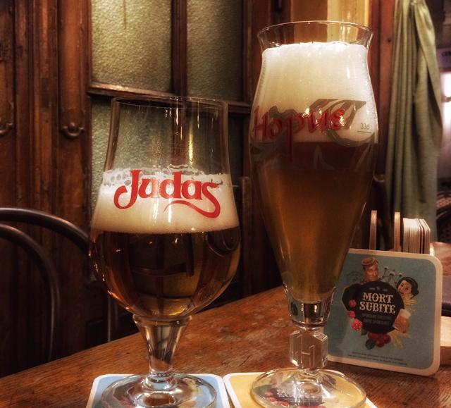 Dois dos rótulos servidos no bar da La Morte Subite