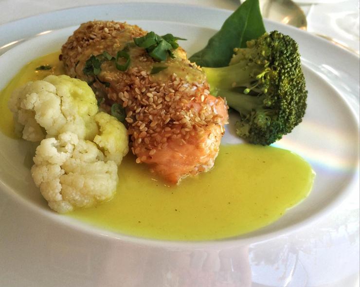 Salmão selvagem, molho de limão e mostarda, couve-flor e brócolis: segundo prato do menu de almoço