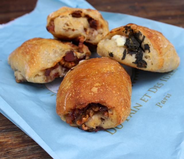 Pães recheados com escarola e queijo de cabra e salame e nozes da Du Pain et Des Idées