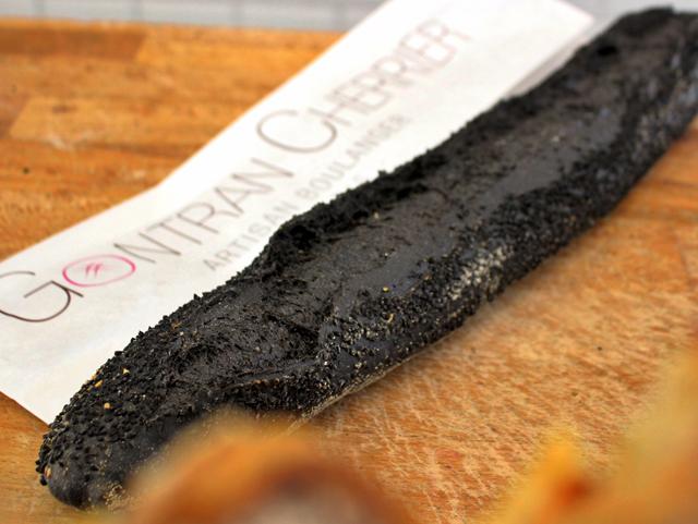 Baguete com tinta de lula do apresentador de reality show e padeiro-sensação, Gontran Cherrier