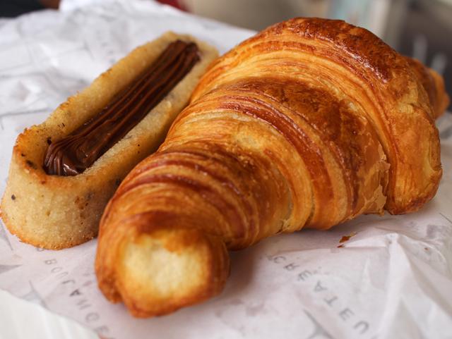 Financier de chocolate e croissant quentinho na Thierry Meunier