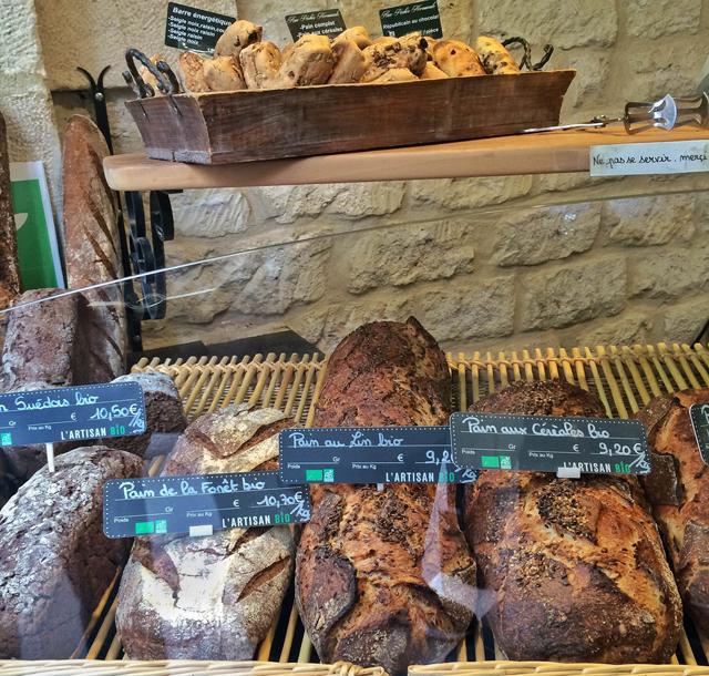 Pães orgânicos assados em pedra da L'Artisan Bio, bem pertinho da Du Pain est des Ideés