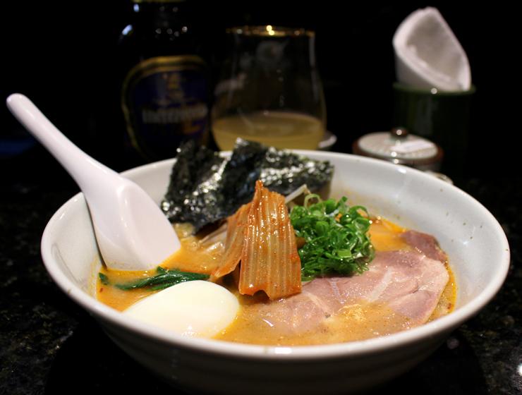 Meu noodle preferido, o Korean: apimentado - sou apaixonada por pimenta -, tem adição de kare miso, copa lombo, kimchi e onsen tamago, o ovo perfeito japonês, lindamente cremoso (R$ 35).