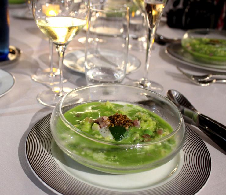 Um dos pratos do menu degustação do Loiseau des Vignes: risone com espuma de ervilha, avelãs crocantes e presunto Parma