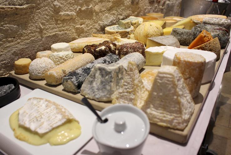 A estonteamente mesa com quase 40 tipos de queijos franceses do Loiseau des Vignes, restaurante uma estrela Michelin em Beaune