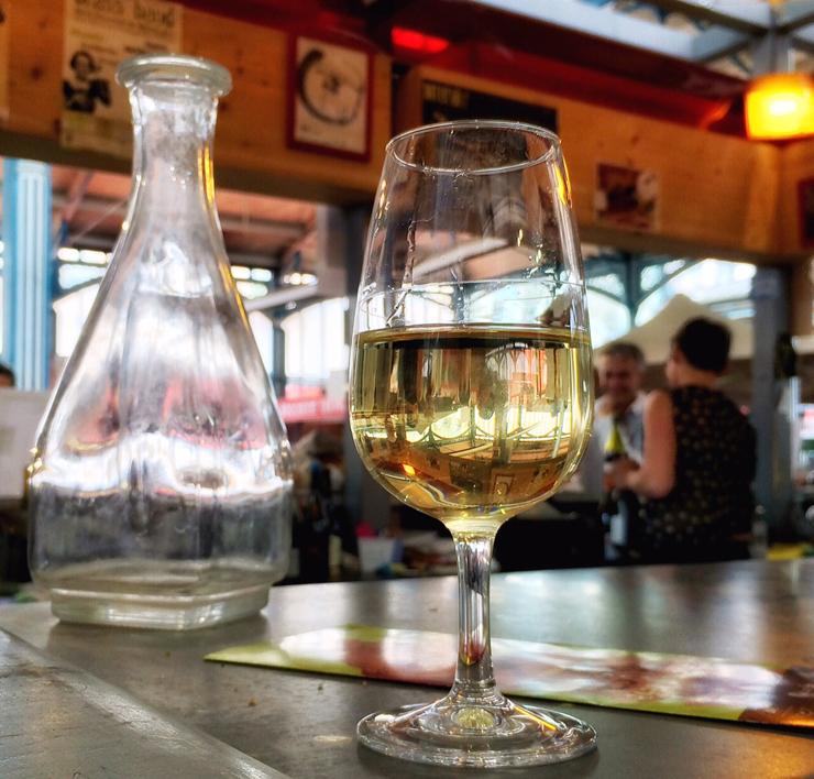 Bar de vinho no meio do mercado de Dijon