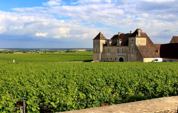 """Chateau Du Clos De Vougeot, na rota dos Grands Crus, na Borgonha. A """"casinha"""" aí da foto (abadia, na verdade) foi construída no século doze por monges, já para fazer vinhos."""