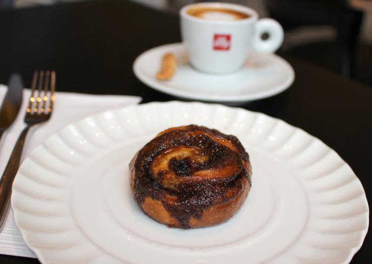 Cinnamon roll e espresso