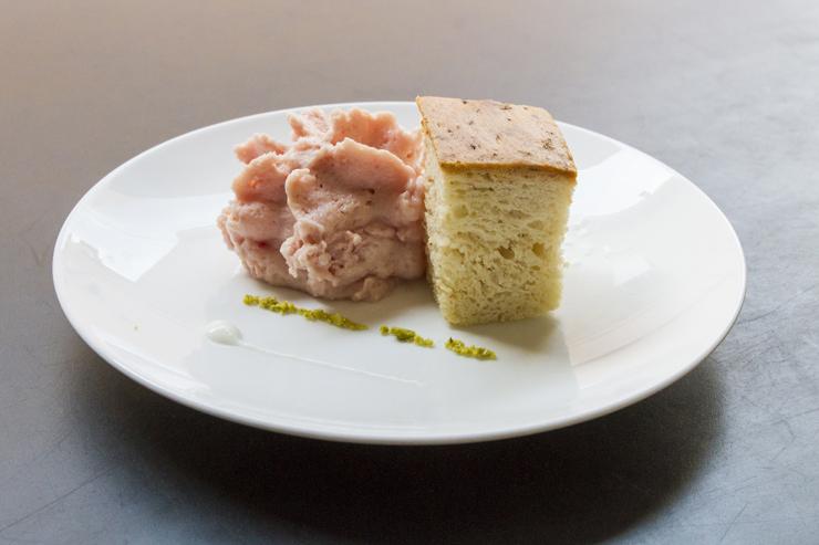 """Mortadella é coisa de sandubão no mercadão? Hum... não apenas. Este prato chamado de """"Lembrança de um panino com mortadella"""" foi criado pelo chef Massimo Bottura e é servido em seu multipremiado Osteria Francescana"""