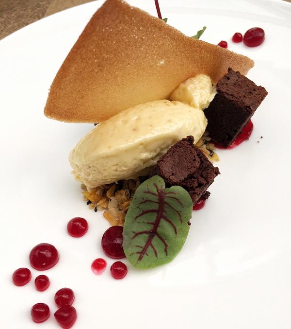 Deliciosa sobremesa do menu executivo do Petí: brownie, mousse de chocolate branco com cumaru, gel de hibisco (quase nem nada de açúcar, o que é sensacional) e granola artesanal dando aquela crocância amiga