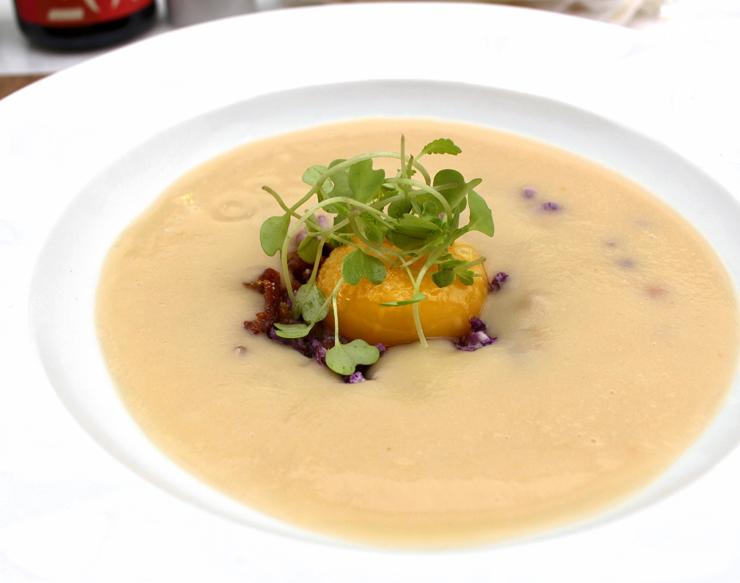 Entrada do menu de almoço que muda quinzenalmente: Creme de couve flor, farofa de bacon, gema de ovo caipira e brotos de mostarda