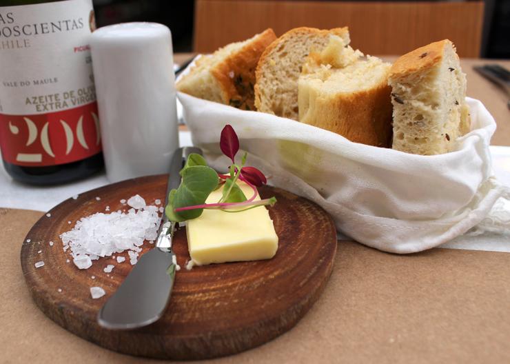 Couvert: bons pães artesanais, manteiga e sal