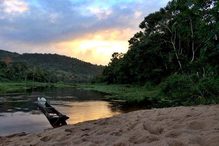 À beira do Rio de Contas fica a fazenda de cacau da AMMA. Belíssimo cenário.