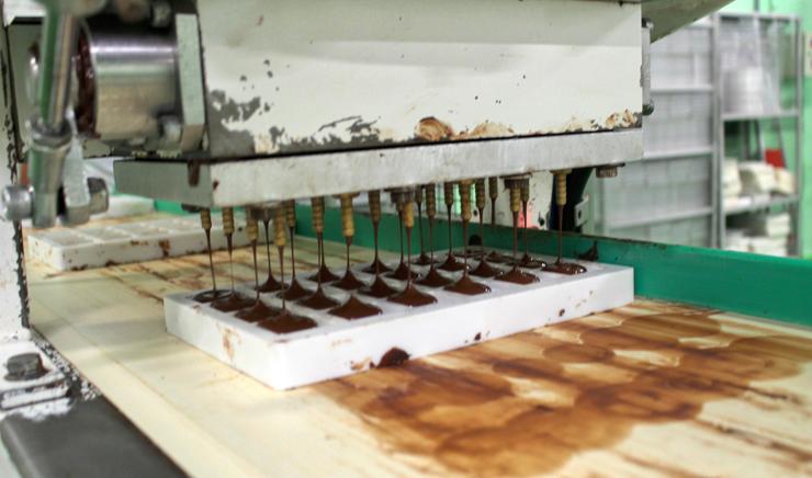Chocolate 40% cacau sendo porcionado, ainda quente.