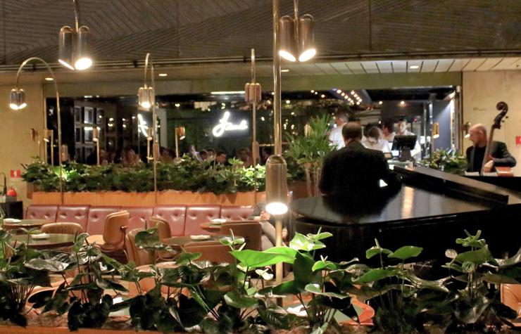 Ambiente mega retrô do Frank Bar, dentro do hotel Maksoud Plaza