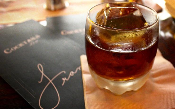 Sudden Breath: Rum Botucal, Woodford Reserve, vinho Madeira 5 anos, St. Germain Elderflower, Jerry Thomas Own Decanter Bitter (R$ 33)