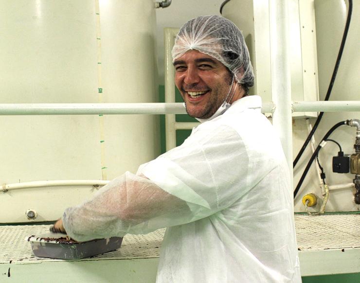 Diego Badaró, o criador da AMMA, todo feliz por estar batizando suas convidadas com chocolate 85% - ritual de todos que visitam a fábrica, em Salvador