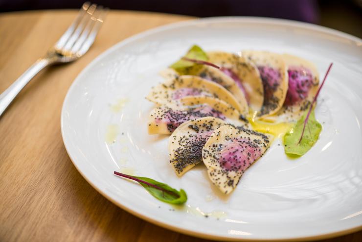 Massa recheada com beterraba e sementes de papoula na manteiga e presunto crocante: prato no PIselli na Settimana della Cucina Italiana