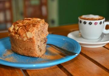 Promoção do Jasmim Rosa Café: Promoção 1: Café espresso pequeno com ou sem leite, acompanha bolo de farinha integral com açúcar mascavo, banana, frutas desidratadas e amêndoas laminadas – R$ 7,99