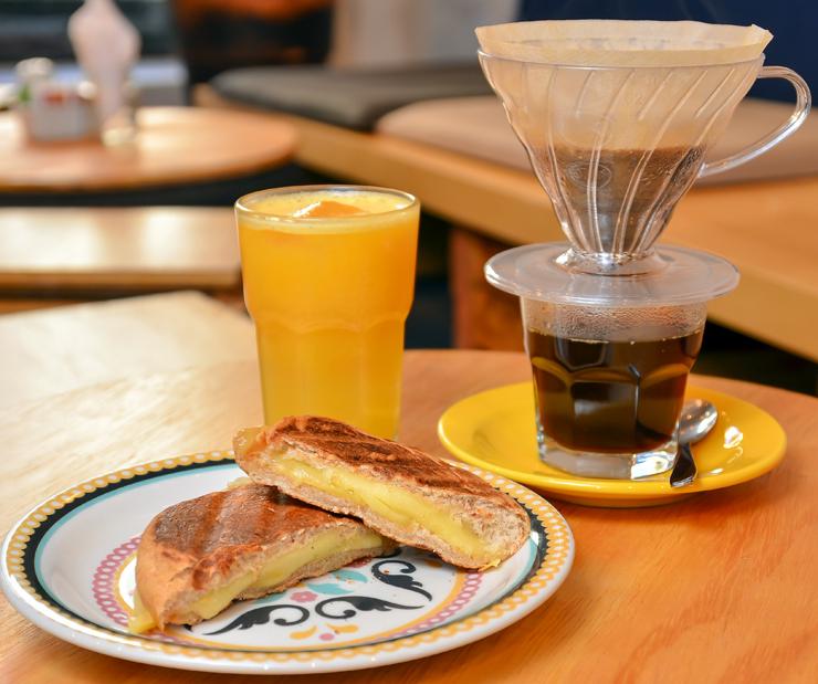 Promoção do Kaya Café: Promoção 2: café coado com grãos da Fazenda Santa Rita ou suco de laranja acompanhando por queijo quente (pão integral com queijo minas orgânico)- R$ 12,99