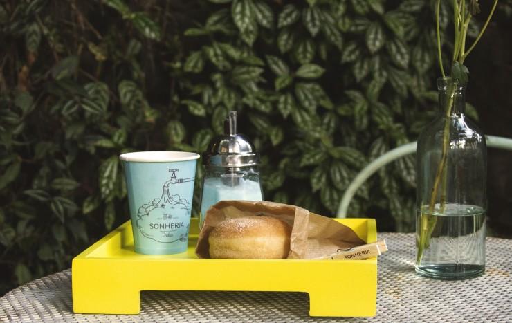 Na Sonheria Dulca é possível escolher entre X sabores de sonho e acompanhá-los com café