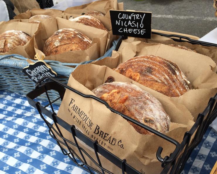 Pães de fermentação naturais artesanais à venda no Fort Mason Farmers Market
