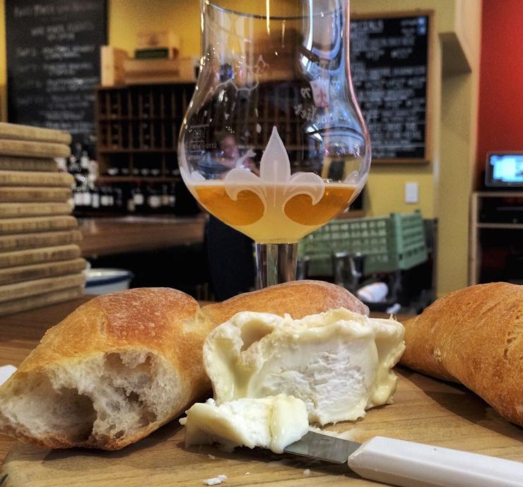 Cansou? Entre na Ferry Plaza Wine Merchant, peça uma taça de vinho - ou cerveja artesanal americana, como eu! - e queijo artesanal. Seja feliz.