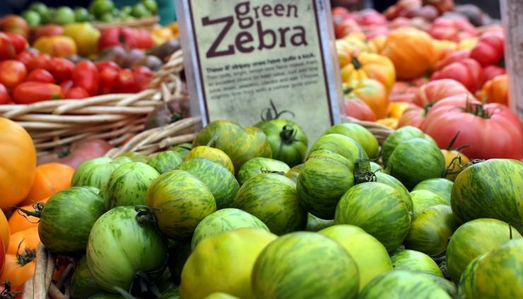 A lindeza da variedade de tomates orgânicos no Heart of the City Farmers Market