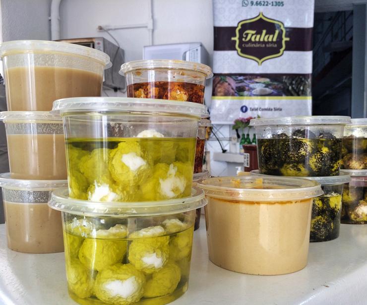 Comidas vendidas por Talal, refugiado sírio que viu na gastronomia uma maneira de inserir-se na sociedade e sustentar sua família