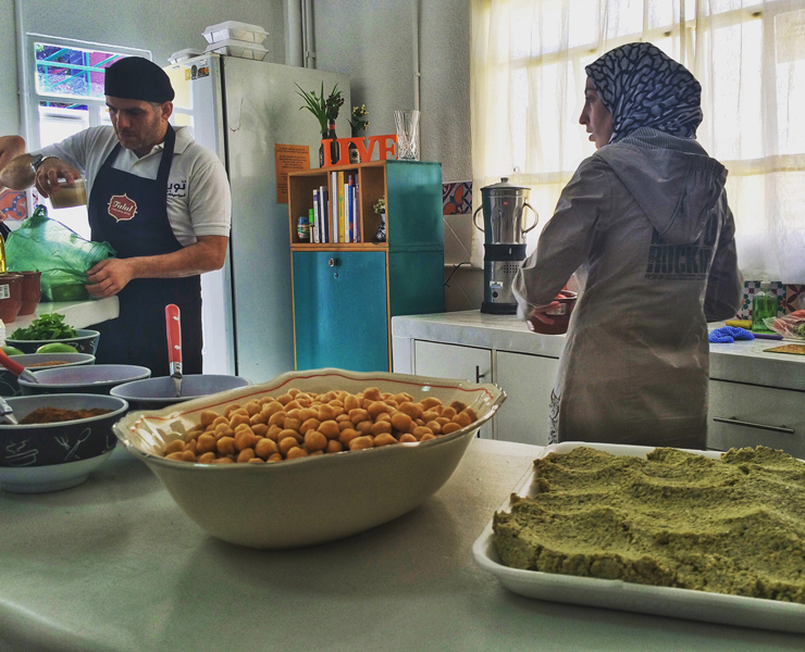Refugiados sírios dão aula de falafel e homus: ação faz parte do programa de apoio a imigrantes, Migraflix