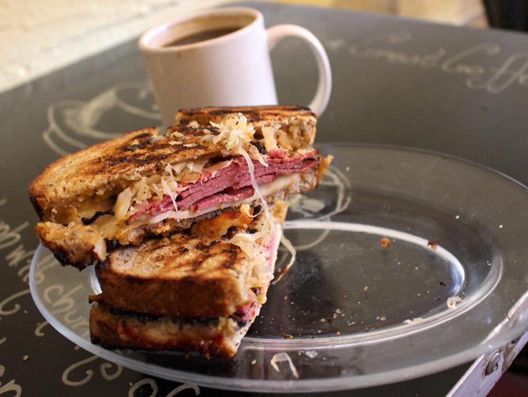 Reuben Sandwich da Delessio Market and Bakery: pastrami, queijo suíço, chucrute e molho russo em pão de centeio