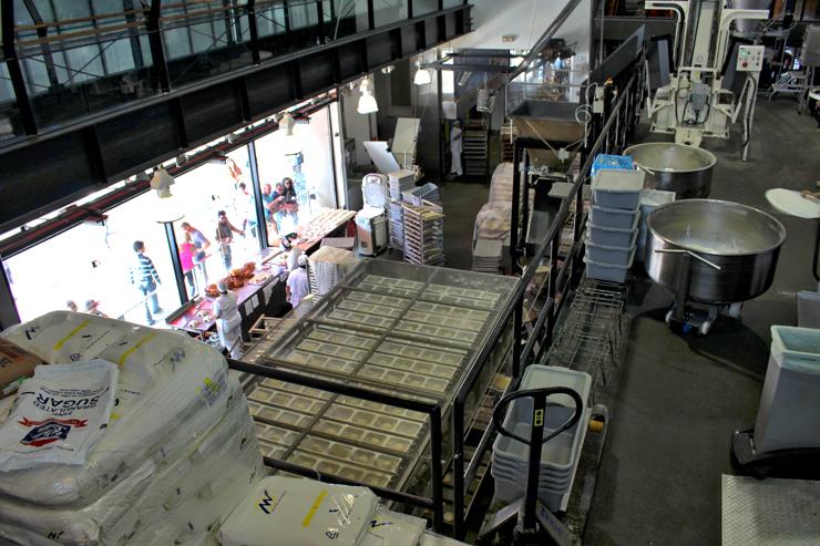 Linha de produção da Boudin Bakery, uma das maiores, mais antigas e famosas 'padarias' de San Francisco