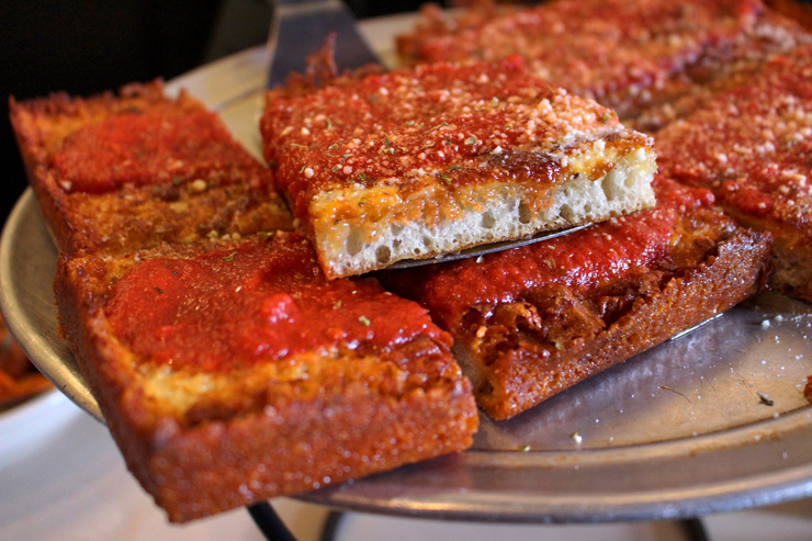 Pizza estilo de Detroit na Tony's Pizza