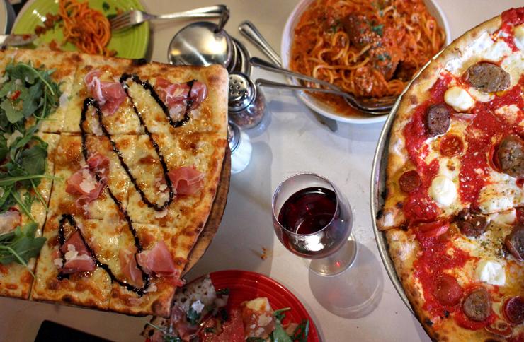 Pizza estilo Romana e Novaiorquina, espaguete com polpeta, vinho.... a chafurdança na Tony's Pizza