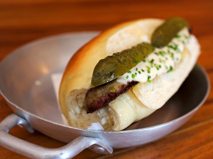 Linguiça artesanal de pato, fondue de queijo, picles de pepino, mostarda dijon no pão de leite (R$ 28)
