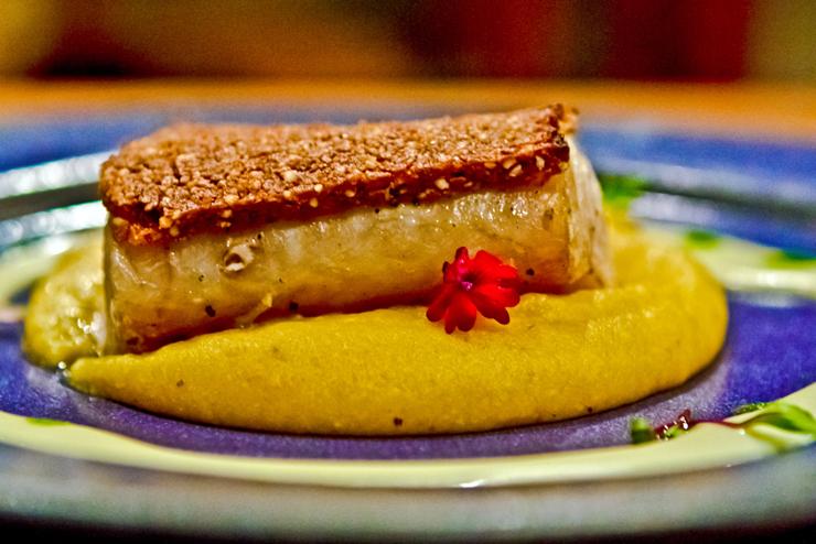Peixe do dia grelhado com crosta de baru, purê de banana-da-terra e vinagrete de laranja-lima (R$ 79) do Brasil a Gosto