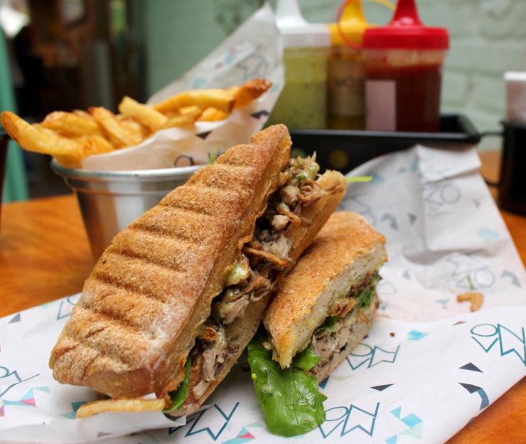 ótimo sanduíche de pernil assado com azeitonas pretas, cebola crocante e rúcula na ciabatta integral (R$ 20)