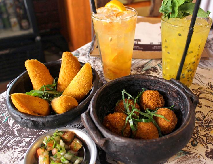 Porções de bem feitos quitutes de fazenda: matula de galinha, pastéis de angu, vinagrete de pimenta de cheiro e caipirinhas. No novo Arimbá, em Perdizes