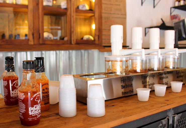 Os clientes escolhem os molhos que quiserem - na quantidade desejada - e os levam para a mesa em copihos