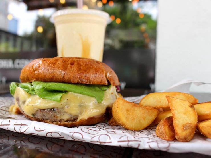 Cheese Salada com maionese de mostarda Dijon, fritas e milkshake de paçoca do Hã?Burger