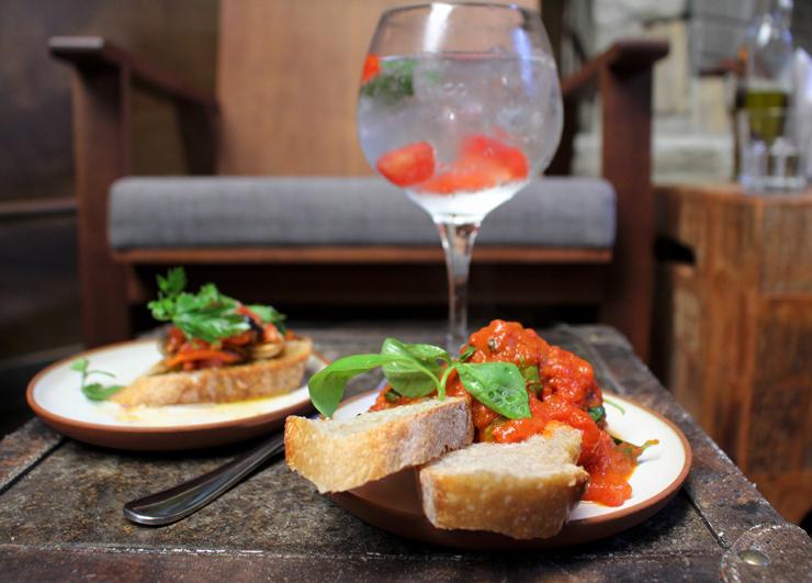 Gin tônica, bruschettas de mexilhão e polpete ao sugo do novo Nino Cucina